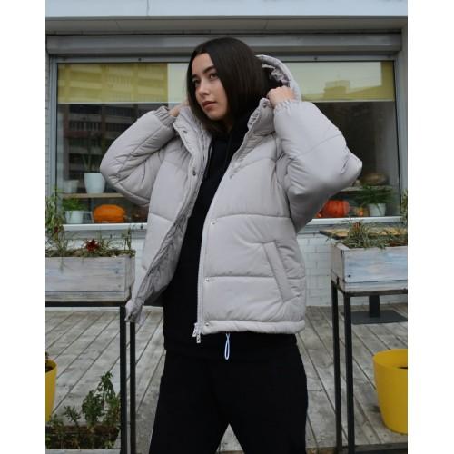 Короткая зимняя куртка женская с капюшоном