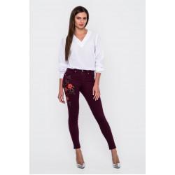 Бордовые джинсы с вышивкой